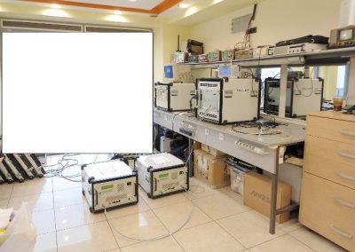 Προσωμειωτής εκπομπών Radar Thales κατά την διαδικασία επισκευής του στα εργαστήρια της εταιρείας μας. Διακρίνοντε οι μονάδες Fast syntesizer- computer – ifi power amplifiers .