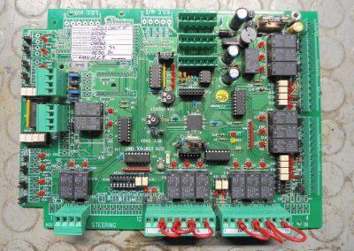 Ηλεκτρονική πλακέτα κεντρικού συστήματος αυτοματισμού από Θαλαμηγό αναψυχής Azimuth κατά την διαδικασία επισκευής της.