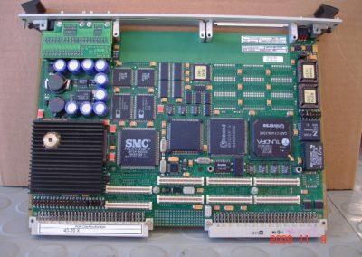 Ηλεκτρονική πλακέτα συσκευής υποκλοπών ESM DR3000  του Πολεμικού  Ναυτικού κατά την διαδικασία επισκευής της.